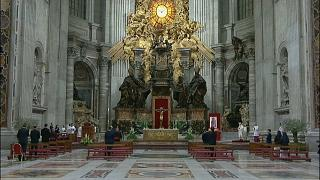 Papst Franziskus feiert einsame Osternacht - Turiner Grabtuch geht Online
