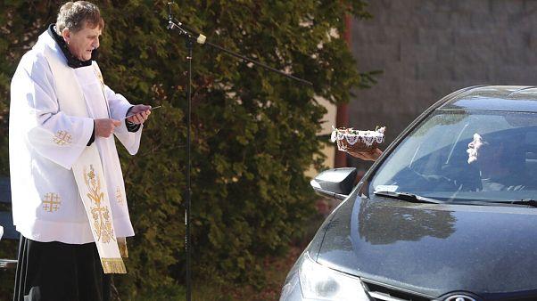 El coronavirus altera pero no detiene la celebración de la Pascua en Europa