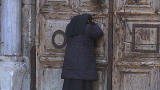 Cristianos y judíos celebran sus respectivas Pascuas aceptando las restricciones por coronavirus