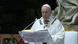 Pâques : le pape délivre sa bénédiction urbi et orbi dans une cathédrale Saint-Pierre quasi vide