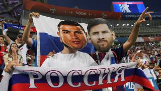 Cristiano Ronaldo ve Lionel Messi maskesi takan taraftarlar
