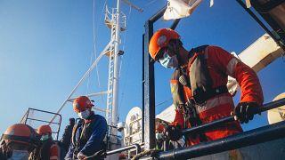 Migranti: barcone affonda nel Mediterraneo, i 149 della Alan Kurdi in quarantena su un'altra nave