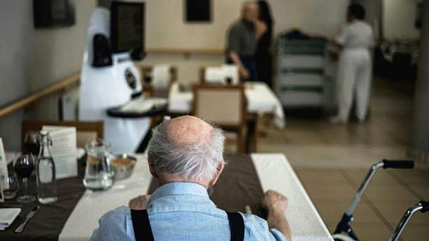 Fransız milletvekili: Yaşlı bakım evlerindeki Covid-19 hastalarının ölmelerine göz yumduk