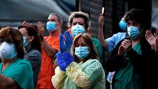 Personnel de santé de l'hôpital Gregorio Maranon à Madrid applaudissant la population lui apportant son soutien