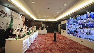 يترأس الأمير عبد العزيز بن سلمان آل سعود، وزير الطاقة السعودي، ثالث يمين، قمة افتراضية لوزراء الطاقة لمجموعة العشرين- السعودية