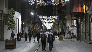 Koronavirüsle mücadele kapsamında uygulanan 48 saatlik sokağa çıkma yasağı sona erdi. Yasağın bitmesinin ardından bazı vatandaşların İstiklal Caddesi'ne geldiği görüldü.