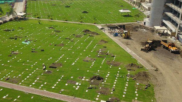 """Le cimetières des """"Jardins de l'espérance"""" à Guayaquil, où de nouvelles tombes sont creusées le 12 avaril 2020."""