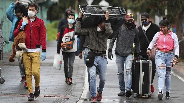 Migrantes venezuelanos regressam a casa a pé