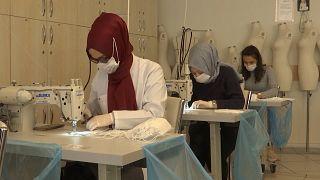 İstanbul'da okullarda maske dikimi