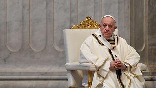 Ferenc pápa húsvétvasárnapi misét pontifikál a vatikáni Szent Péter-bazilikában 2020. április 12-én.