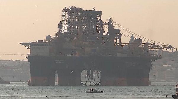 Dev petrol arama platformu 'Scarabeo 9' İstanbul Boğazı'ndan geçti