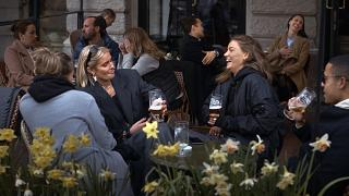 La scena in un bar di Stoccolma l'8 aprile 2020, mentre il resto dell'Europa era in lockdown