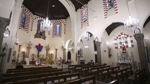 مومنان فرانسوی در یک کلیسا مراسم عشای مخفیانه برگزار کردند