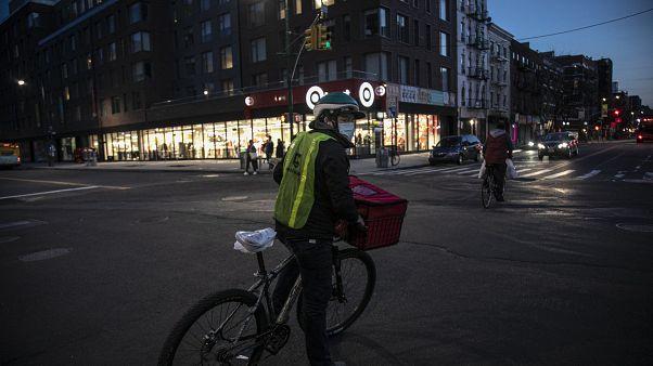 ABD'nin New York kentinde bisikletiyle evlere yemek servisi yapan bir kurye