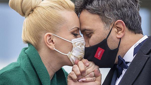 Día Internacional del Beso: Así ha cambiado el coronavirus la forma en la que nos besamos