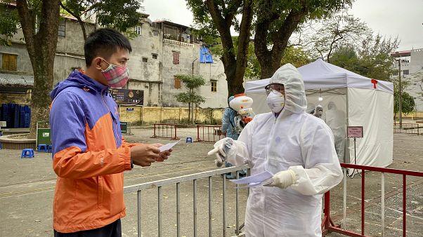 Labor eredményét kapja meg egy férfi egy tesztelőközpontban Hanoiban