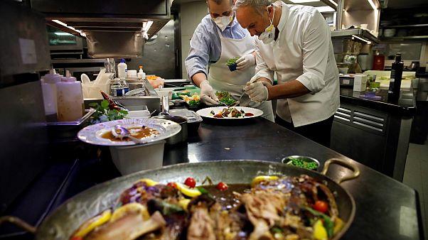 """Les chefs étoilés Christian Le Squer et Alan Taudon cuisinent pour des soignants dans la cuisine du """"Cinq"""" le restaurant de l'hôtel George V à Paris le 11 avril 2020"""