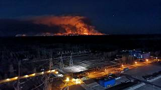 فيديو: تشيرنوبل وتستمر المأساة.. رجال الإطفاء يسابقون الزمن لاحتواء الحرائق المشتعلة