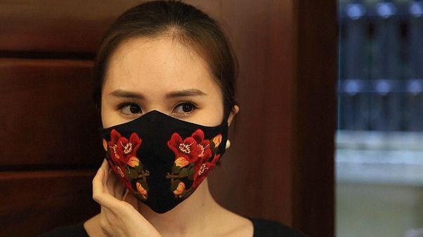 Vietnam'a özgü modaya uygun çiçek desenli koronavirüs maskeleri