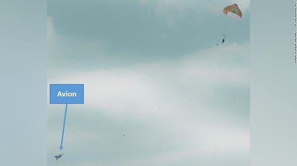 Savaş uçağına bindirilen yolcu havadayken yanlışlıkla fırlatma koltuğuna basarak atladı