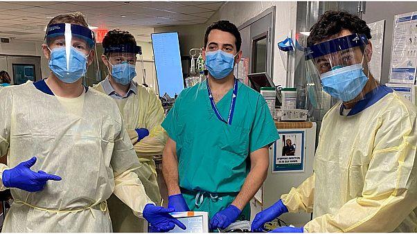 """شاهد: طبيب أمريكي يدخل البهجة إلى قلوب مرضى كورونا بفيديوهات على """"تيك توك"""""""