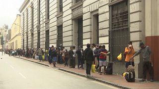 شاهد: في محاولة لتخفيف أعباء كورونا... جمعية توزع الطعام على المشردين في البيرو