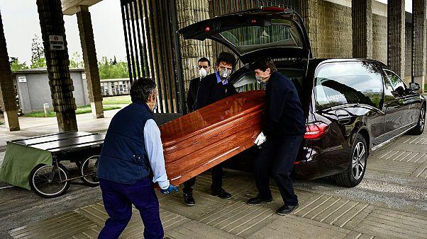 Des agents de pompes funèbres déchargeant un cercueil dans le cimetière San José à Pampelune, dans le nord de l'Espagne, le 13 avril 2020.