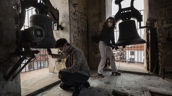 Испанские волонтёры бьют в колокол в память о жертвах коронавируса