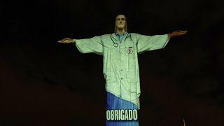 شاهد: تمثال المسيح المخلص بزي الأطباء بقداس عيد الفصح في البرازيل