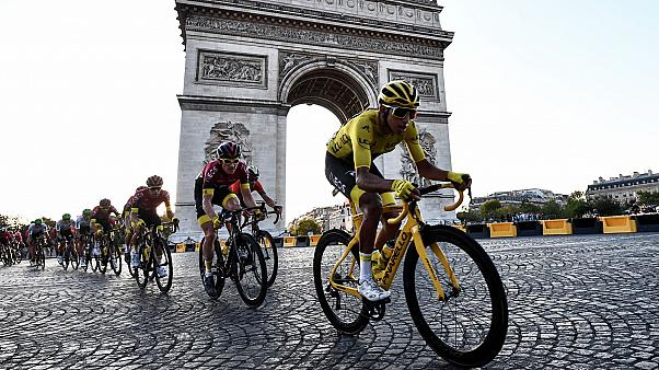Archives : le maillot jaune, le Colombien Egan Bernal, lors de la dernière étape du Tour de France, sur les Champs-Elysées à Paris le 28 juillet.