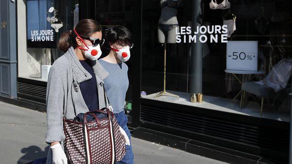Закрытый магазин в Париже.