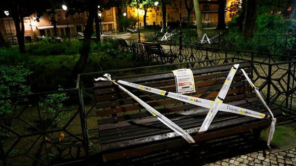 وضع علامة على المقاعد في ساحة فلوريس في لشبونة حتى لا يتم استخدامها للحد من انتشار فيروس كورونا 09/04/2020