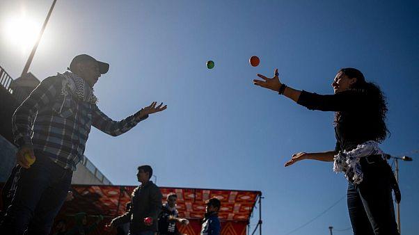 کنشگر ایتالیایی به یک شهروند غزه بازی با توپ یاد میدهد. ۶ ژانویه ۲۰۲۰