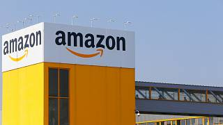 Des employés d'Amazon respectent les distances de sécurité dues au coronavirus, à Douai dans le nord de la France, le jeudi 9 avril 2020