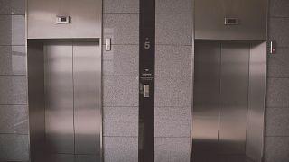 Γερμανία: Αγανάκτηση από φωτογραφία του υπουργού Υγείας σε ασανσέρ με 13 άτομα