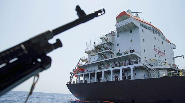 مسلحون يقتحمون ناقلة نفط ترفع علم هونغ كونغ في عرض المياه الإيرانية بخليج هرمز (أسوشياتد برس)