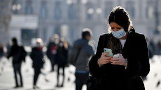 İtalya'nın Milano kentinde maske takan bir kadın/24 şubat