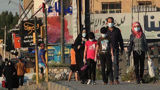 Irak'ın başkenti Bağdat'ta halk, koronavirüs salgınına karşı maskeleriyle dolaşıyor