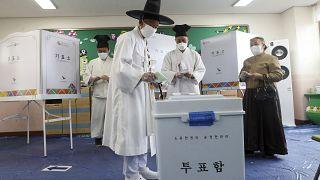 كورونا لم يمنع الناخبين في كوريا الجنوبية من الخروج للإدلاء بأصواتهم واختيار نوابهم