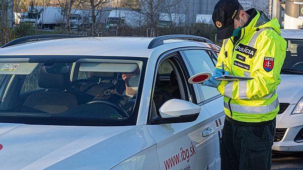 Rendőri ellenőrzés Szlovákiában a kijárási korlátozás idején