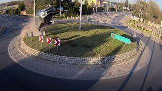 [Vídeo]Un coche sale volando tras entrar a toda velocidad en una rotonda en Polonia
