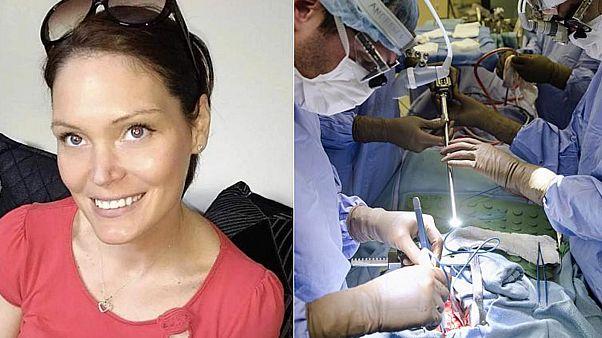 Vicki Meredrew (b) és egy archívfotó egy sebészeti beavatkozásról (j)