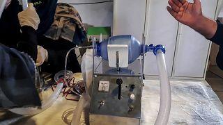 """فيديو: فتيات """"فريق روبوتس"""" في أفغانستان يصنعن جهاز تنفس من قطع غيار السيارات"""