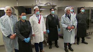 مطبخ البرلمان الأوروبي يوزع وجبات مجانا على المشردين والعاملين بالقطاع الصحي