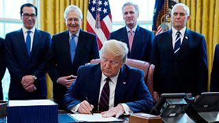 Başkan Trump, Amerikalılara gönderilecek yardım çeklerine adını yazdırdı