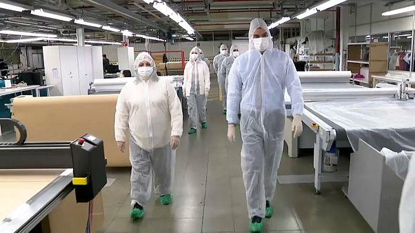 Sánchez visita una fábrica de mascarillas