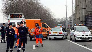 مردی که با چاقو به پلیس فرانسه حمله کرد کشته شد