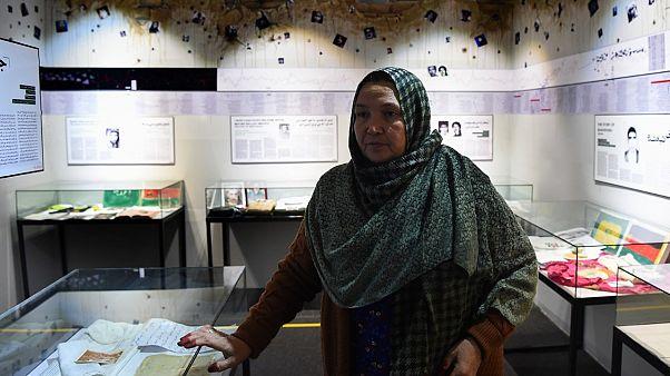 الأفغانية نرجس أمام مقتنيات زوجها ورسائله