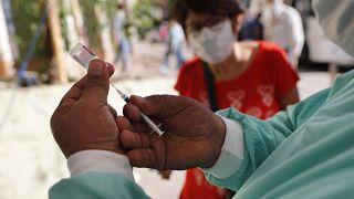 Çinli aşı üreticisi, Covid-19 aşısını Pakistan'da denemek istiyor