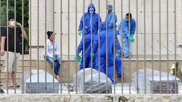 Resmi olarak koronavirüsten 388 kişinin öldüğü Ekvador'da ev ve hastanelerden 1424 ceset toplandı